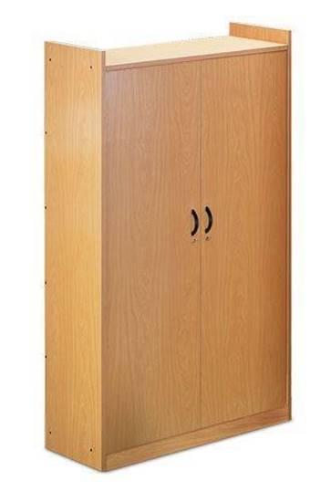 Armadio di classe in legno con n.2 ante con serratura e n.3 ripiani interni. Dim. cm. 100x45x180 h.