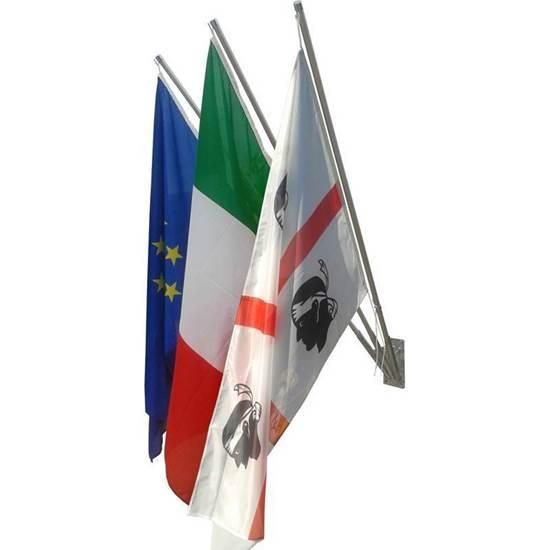 Kit per esterno composto da n.3 Bandiere Italia-Europa-Comunale cm. 100x150 in poliestere nautico, n.3 aste e n.1 supporto a muro a 3 posti